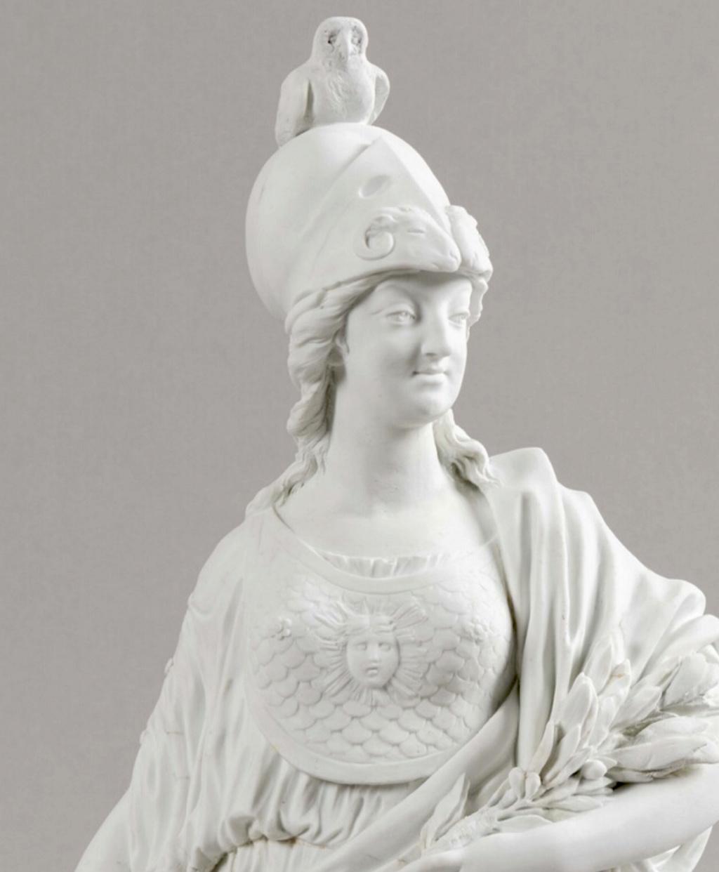 Groupe en biscuit de porcelaine de Niderviller, par Lemire : Marie-Antoinette représentée sous les traits de Minerve ? Marie_28