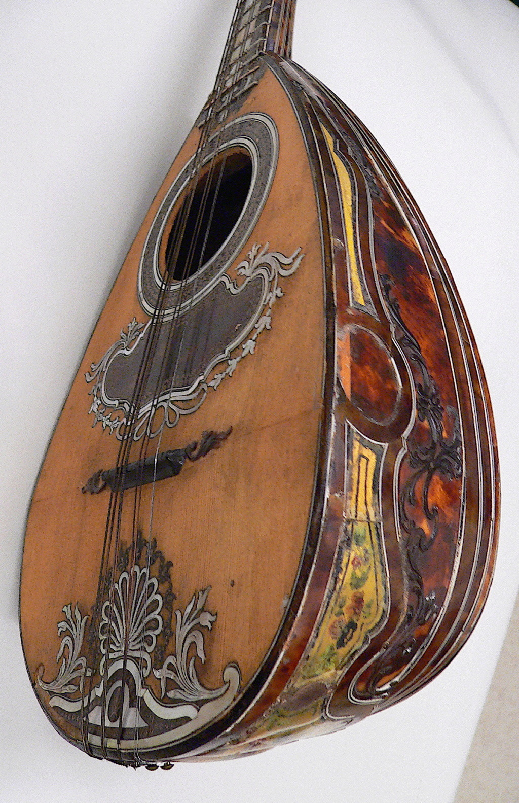 Une guitare-luth (et non pas une mandoline) ayant appartenu à Marie-Antoinette ?  Midp8911
