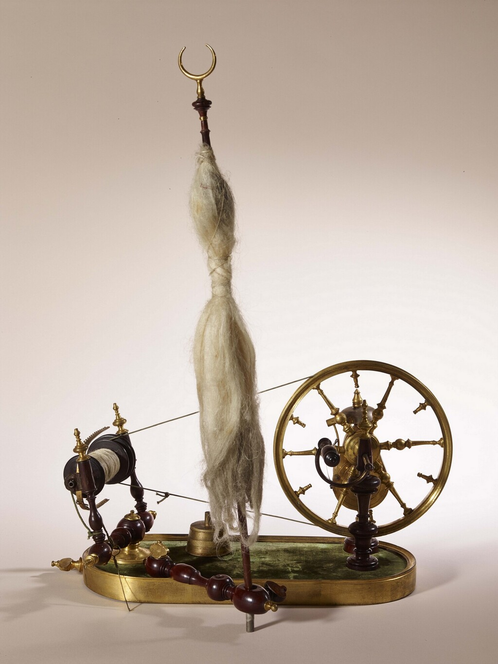 Un rouet ayant appartenu à Marie-Antoinette ? Les rouets au XVIIIe siècle Rouet_10