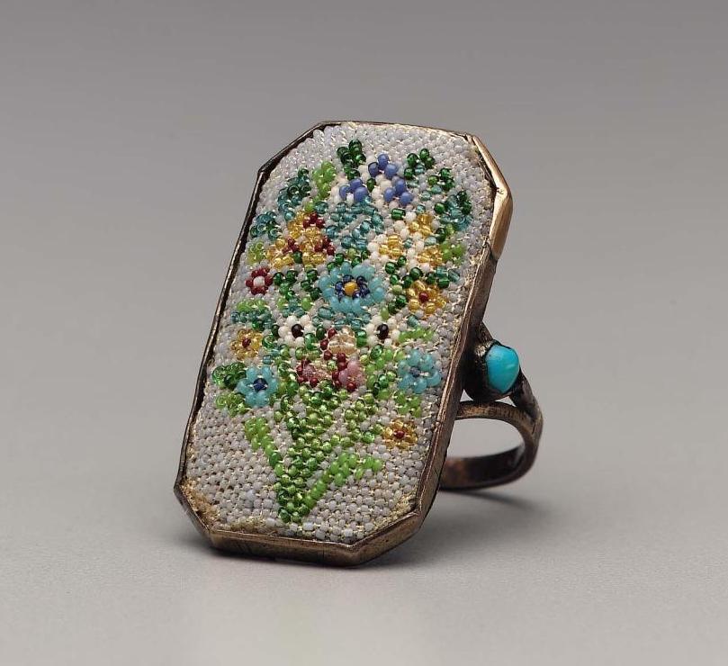 """Accessoires réalisés en """"sablé de perles"""" au XVIIIe siècle Sc158810"""