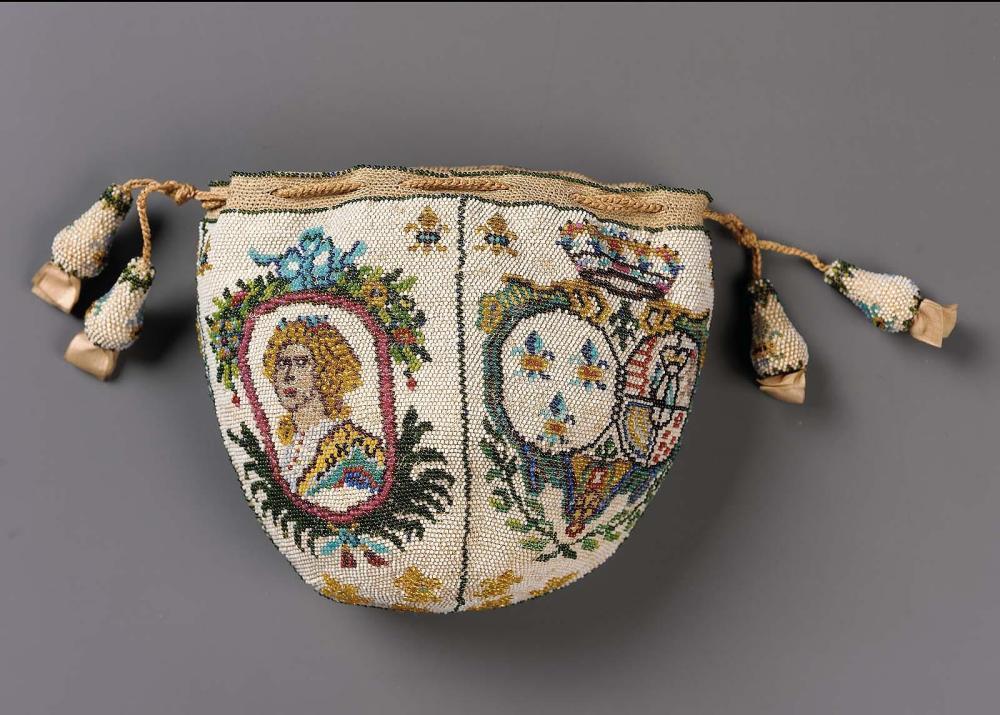 """Accessoires réalisés en """"sablé de perles"""" au XVIIIe siècle Sc810110"""