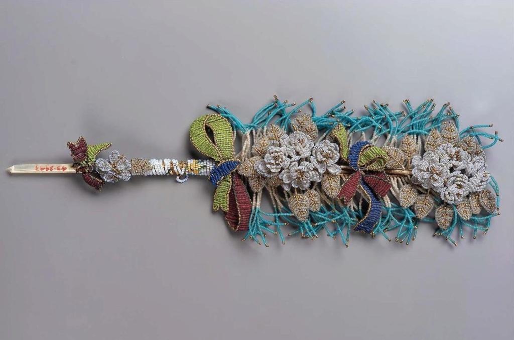 """Accessoires réalisés en """"sablé de perles"""" au XVIIIe siècle Sc837012"""