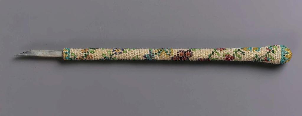 """Accessoires réalisés en """"sablé de perles"""" au XVIIIe siècle Sc838610"""