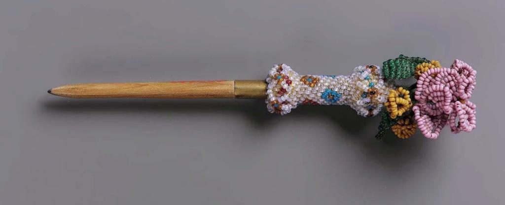 """Accessoires réalisés en """"sablé de perles"""" au XVIIIe siècle Sc838810"""