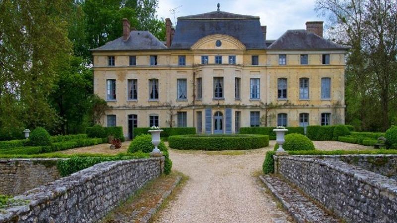 Pour le château XVIIIe de Catherine Deneuve, des amateurs? Pho78610