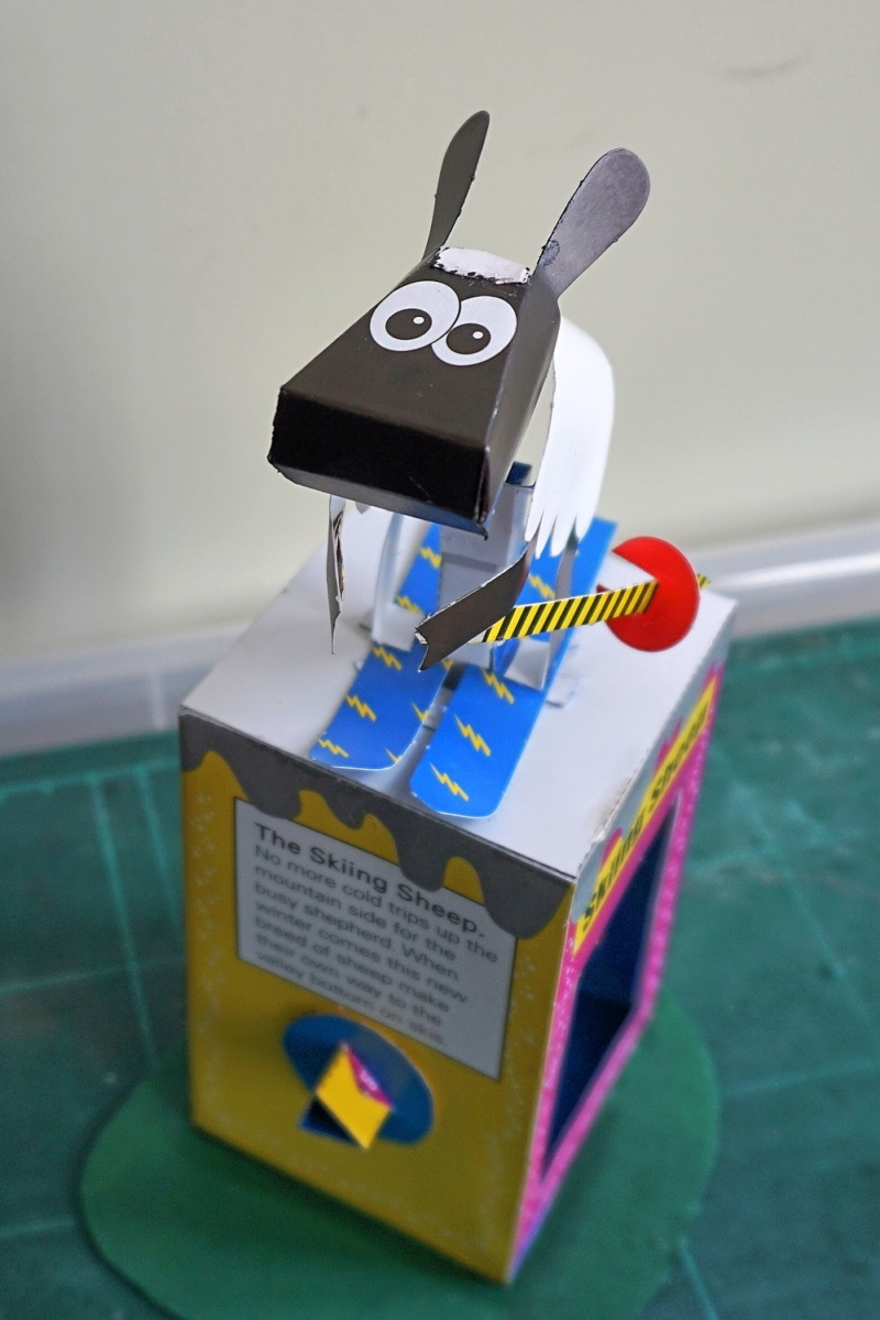 Hier kommt das Schaf. Noch ein Kartonautomat. Dsc02736