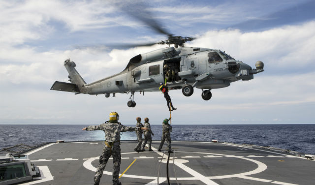 روميو في سماء البحار – المروحية MH-60R Seahawk - صفحة 3 Austra10