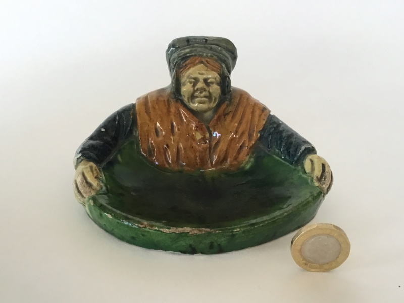 Majolica peasant model dish, unmarked 3ebb1610