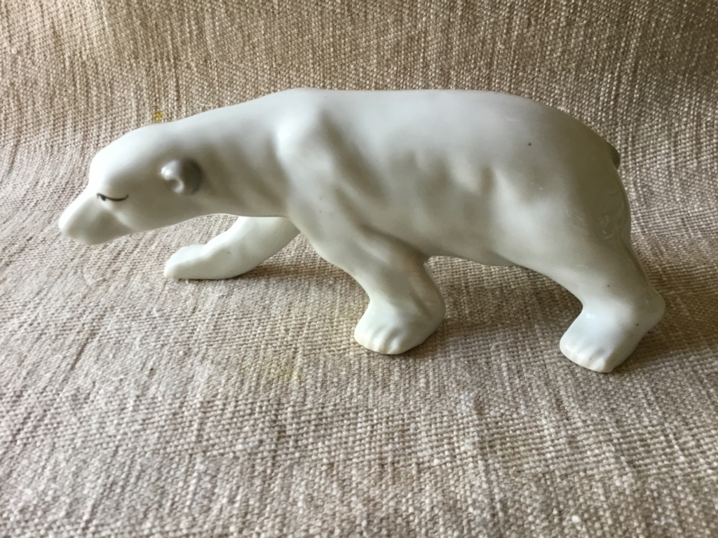Porcelain polar bear, unmarked B6c75d10