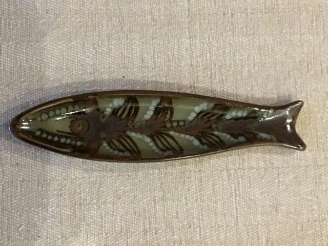 Small stoneware fish dish. B8d96810