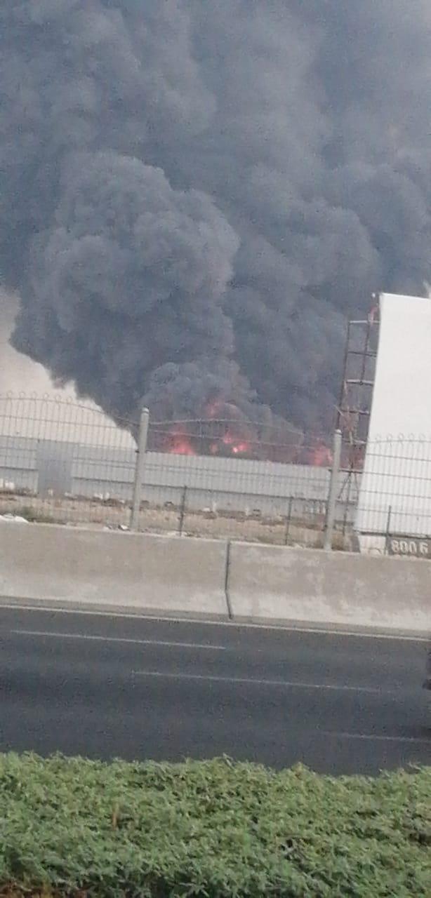 اندلاع حريق ضخم في سوق عجمان الشعبي  Eeeeeo17