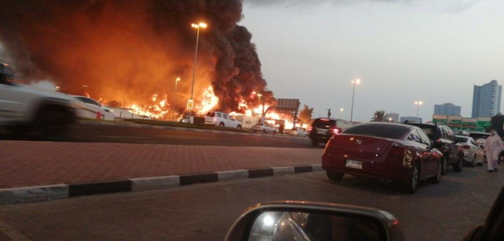 اندلاع حريق ضخم في سوق عجمان الشعبي  Eeeeeo20