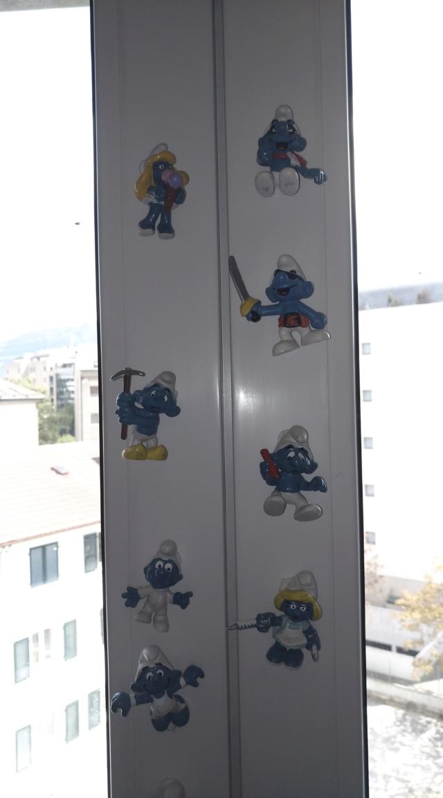 mes schtroumps sur le cadre de la fenêtre Img_2013