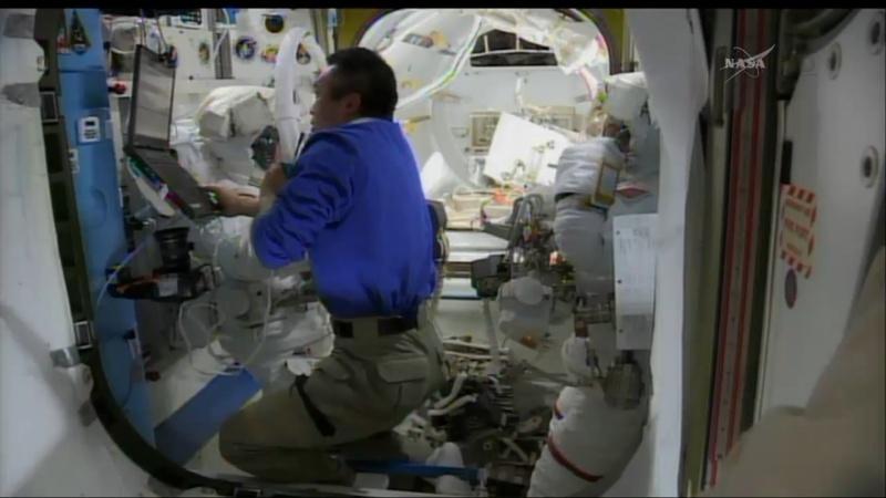 [ISS]EVA 26 - Remplacement du MDM EXT-2 défectueux - 23 avril 2014 Opera_22