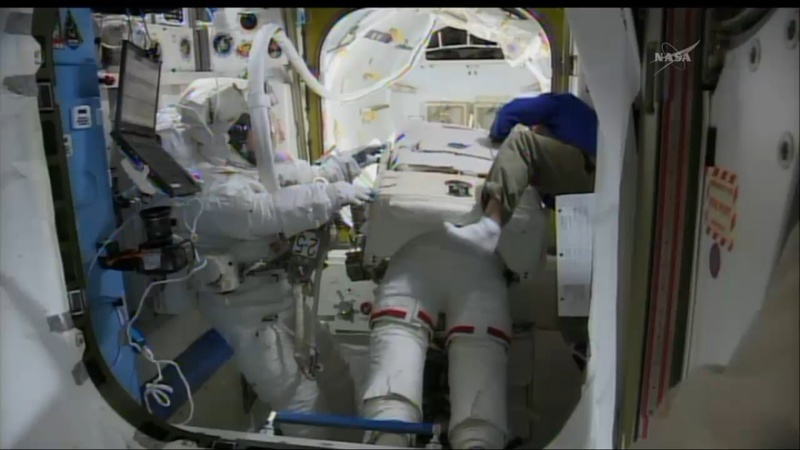[ISS]EVA 26 - Remplacement du MDM EXT-2 défectueux - 23 avril 2014 Opera_23