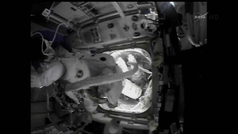 [ISS]EVA 26 - Remplacement du MDM EXT-2 défectueux - 23 avril 2014 Opera_24