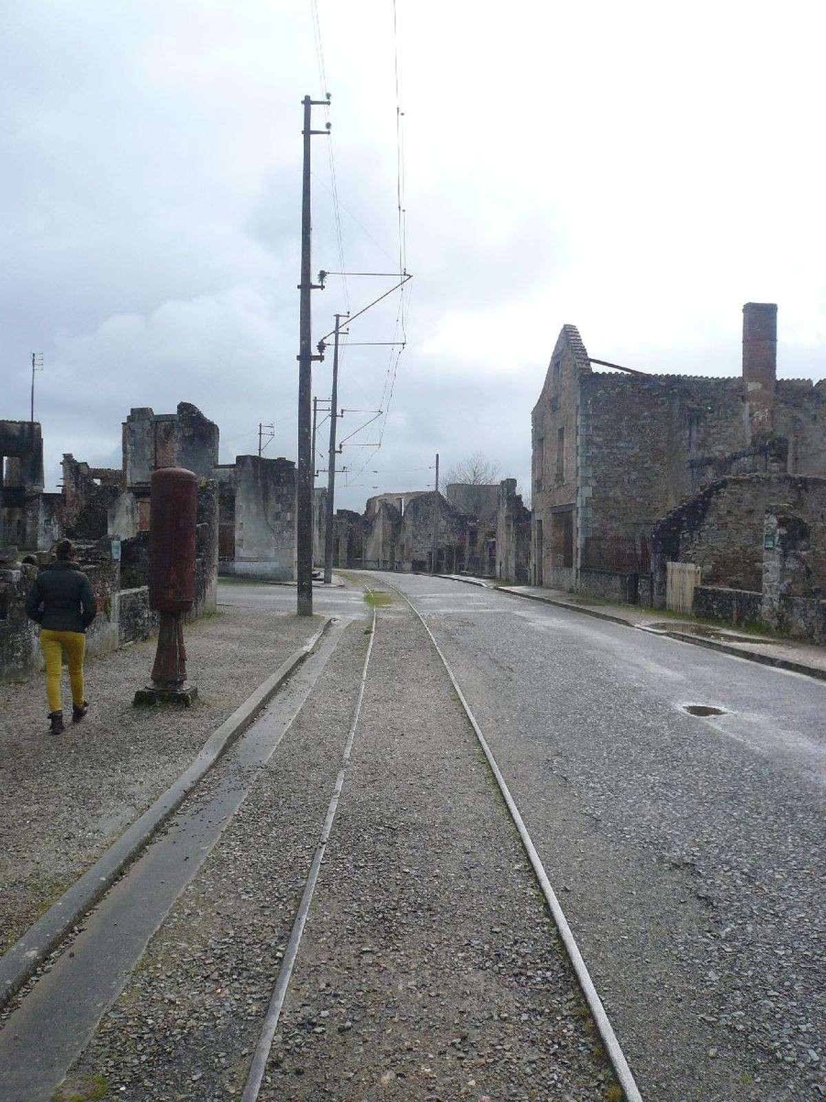 Sortie classe de 1ère S Lycée de Fouesnant à Chasseneuil sur Bonnieure (16) et Village martyr Oradour/Glane (87) 4911