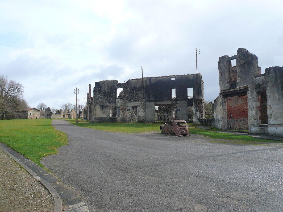 Sortie classe de 1ère S Lycée de Fouesnant à Chasseneuil sur Bonnieure (16) et Village martyr Oradour/Glane (87) 5111