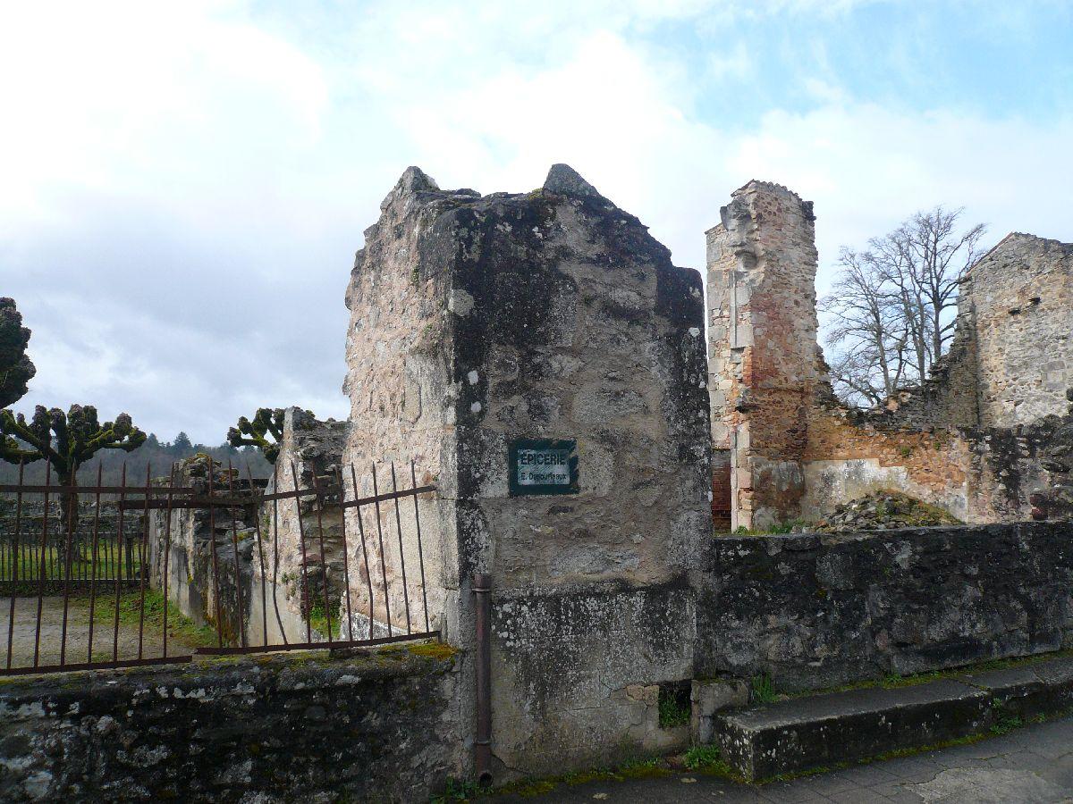Sortie classe de 1ère S Lycée de Fouesnant à Chasseneuil sur Bonnieure (16) et Village martyr Oradour/Glane (87) 5211