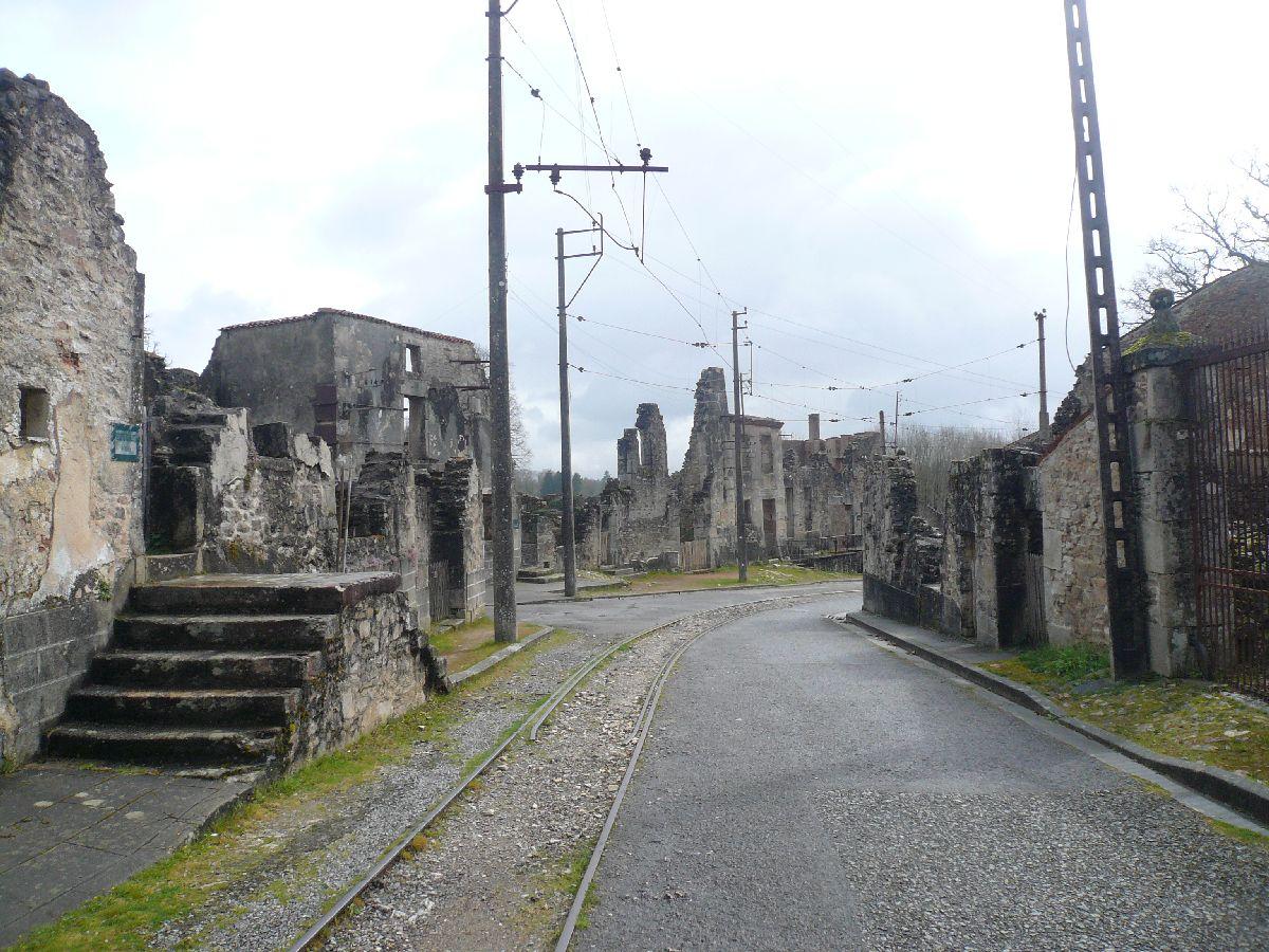 Sortie classe de 1ère S Lycée de Fouesnant à Chasseneuil sur Bonnieure (16) et Village martyr Oradour/Glane (87) 5411
