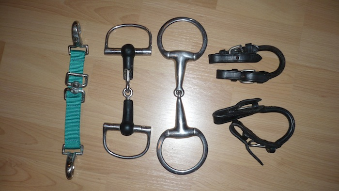 Mors, bandes de polo, hackamore, couvre-reins... P1090110