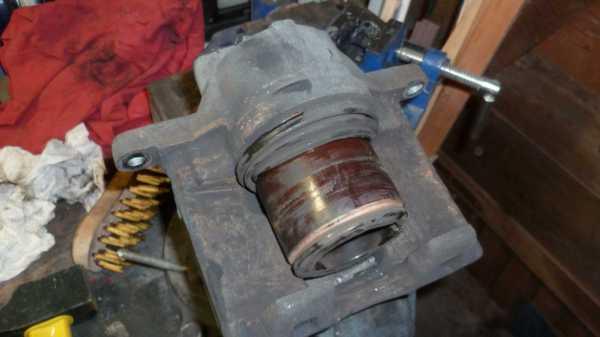 TUTO Échange kit piston sur étrier avant 912
