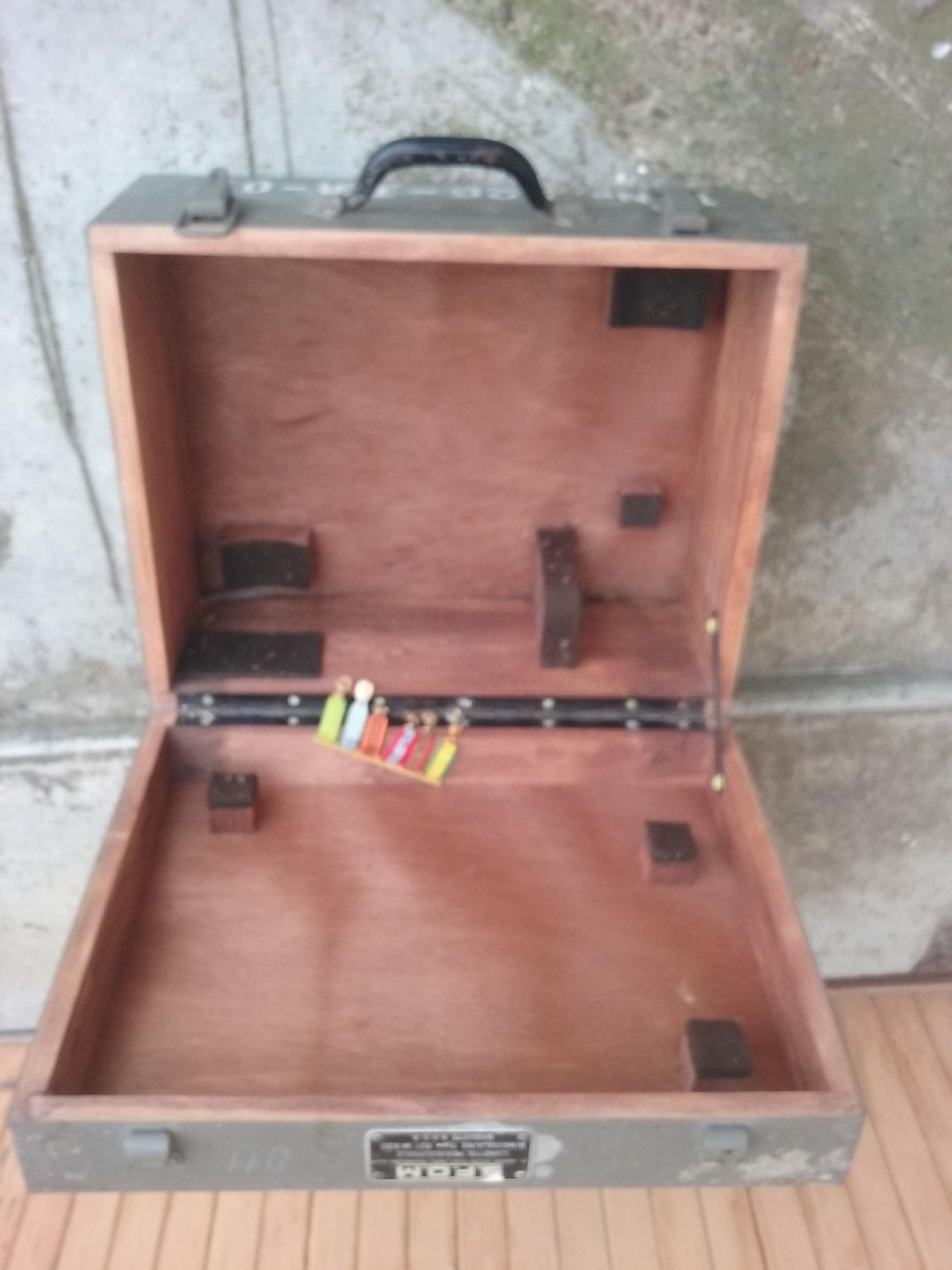 ttrouvaille / caisse d'optique SFOM barrette de decos  20200111