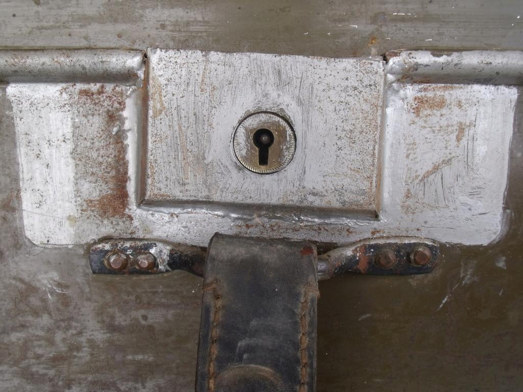 caisse anglaise datée 1941 ,paire e guêtres  Dscf7025
