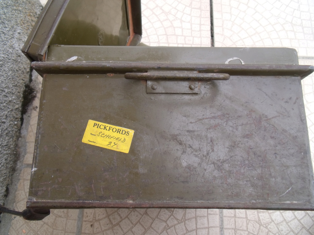caisse anglaise datée 1941 ,paire e guêtres  Dscf7026