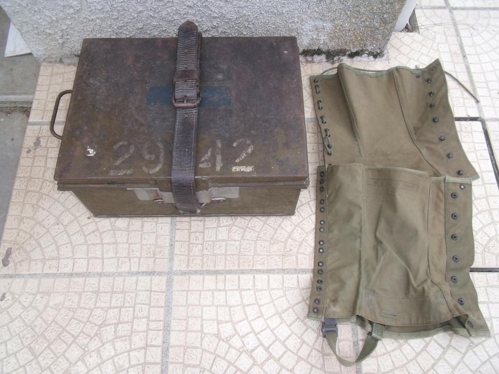 caisse anglaise datée 1941 ,paire e guêtres  Dscf7027
