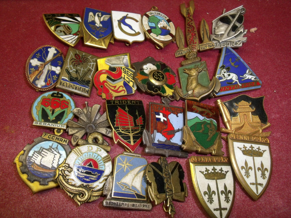 lot de 24 insignes Marine post ww2 Dscf7322