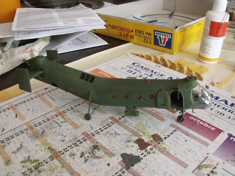 """H 21 """"Gunship"""" au 1/72 de chez italeri Dscf7235"""
