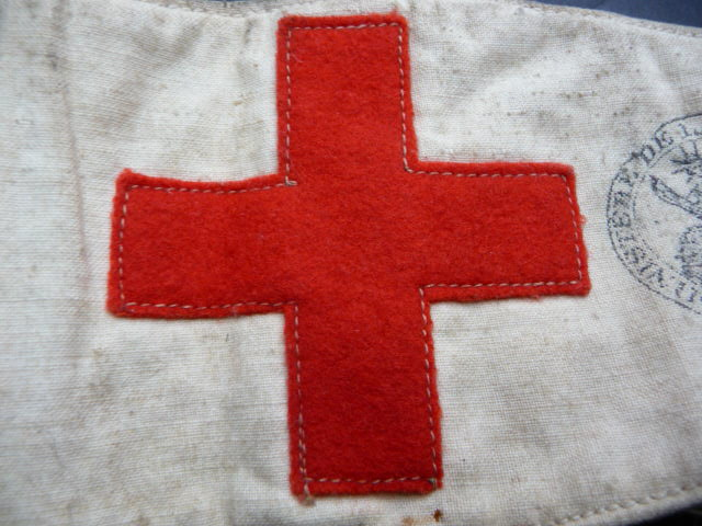 Dater un brassard croix rouge???? P1060417