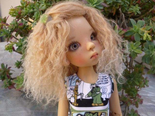 Elsa fait sa belle avec une nouvelle perruque. Mini-p19