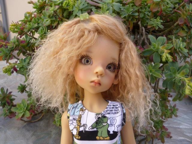 Elsa fait sa belle avec une nouvelle perruque. Mini-p20