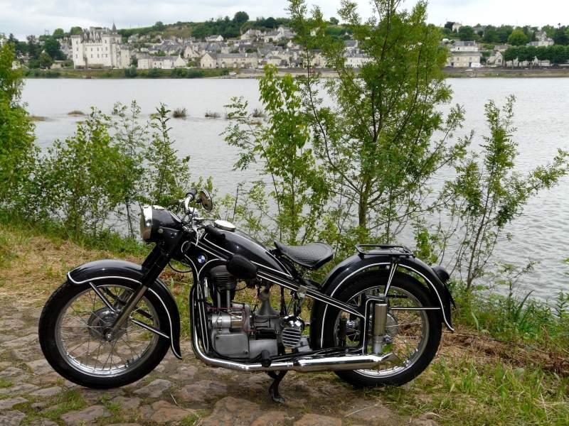 Photos de vous et de votre moto devant ....un château  P1230011