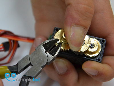 Modificacion de un servo para rotacion continua. Modifi10
