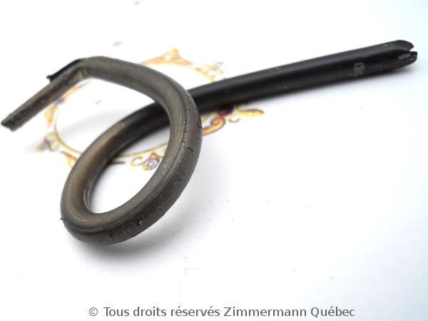 Tréfiler un lingot pour obtenir du fil or 18 K en vu de fabriquer un anneau tout simple. Dscn1721
