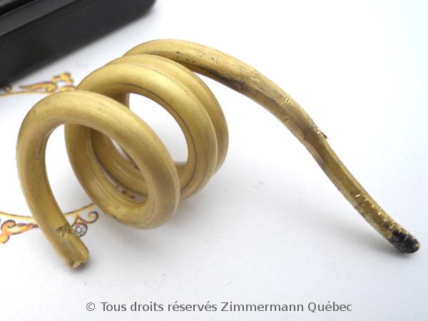 Tréfiler un lingot pour obtenir du fil or 18 K en vu de fabriquer un anneau tout simple. Dscn1725
