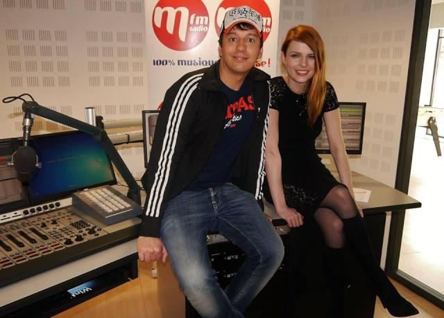Elodie Frégé dans les studios de MFM Radio (22 avril 2014) 331