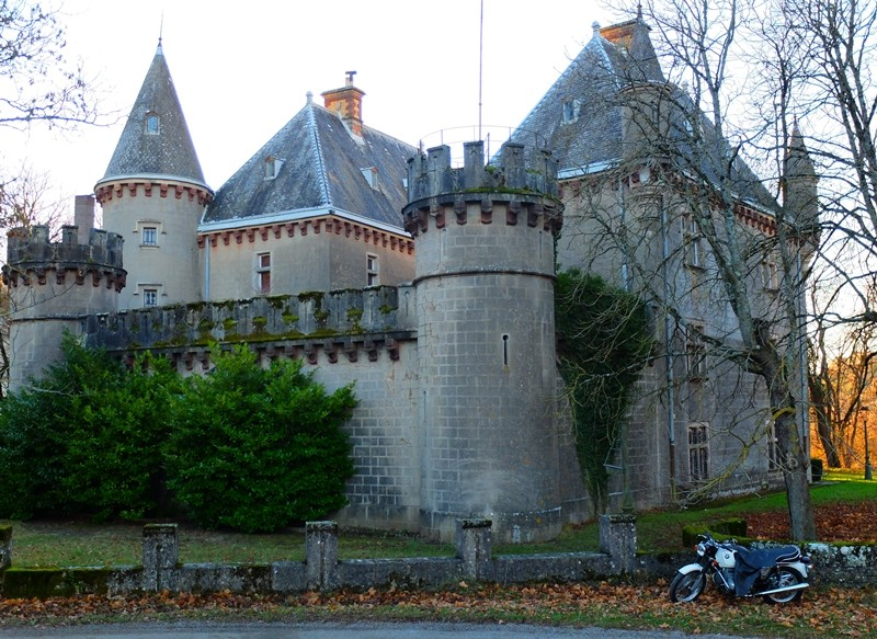 Photos de vous et de votre moto devant ....un château  Dscf0431