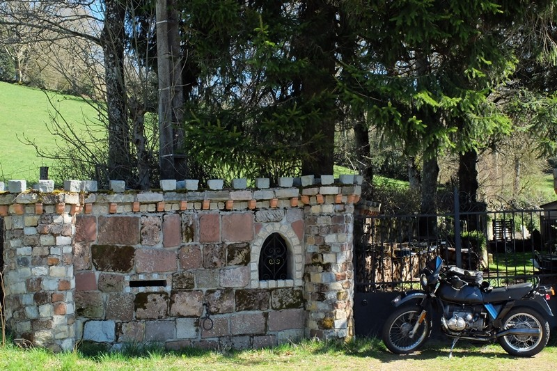 Photos de vous et de votre moto devant ....un château  - Page 6 Dscf1412