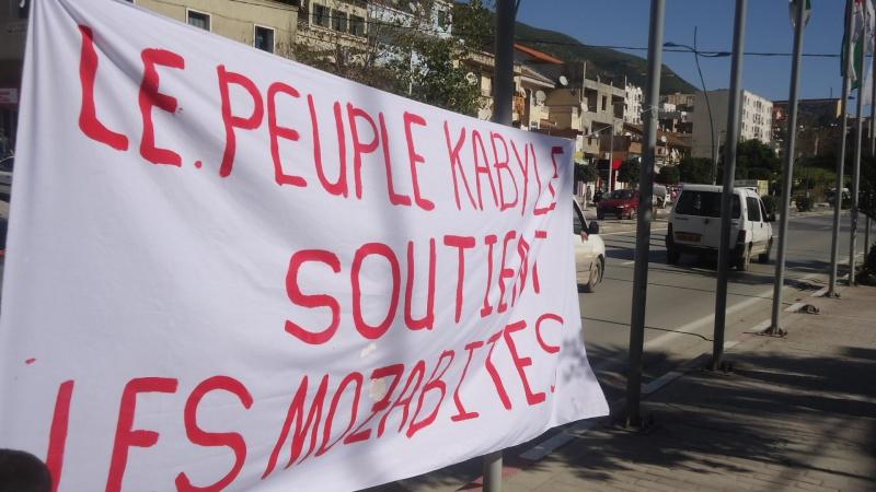 Rassemblement de soutien aux Mozabites devant le siège de la wilaya de Bgayet(Février 2014). Dsc00538