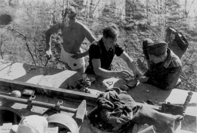 Les soldats de la Luftwaffe au repos ! - Page 2 983b1010