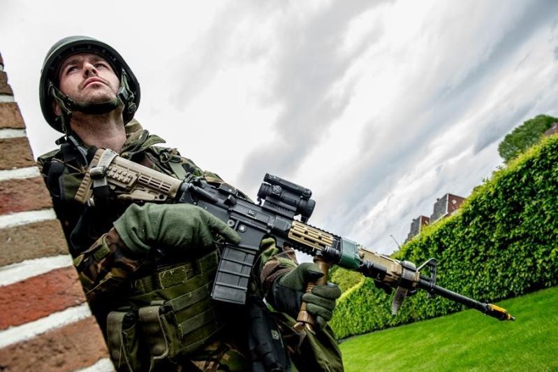 Armée Hollandaise/Armed forces of the Netherlands/Nederlandse krijgsmacht - Page 15 7224
