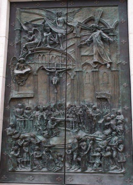 Relojes, campanas y las puertas de La Almudena Consag10