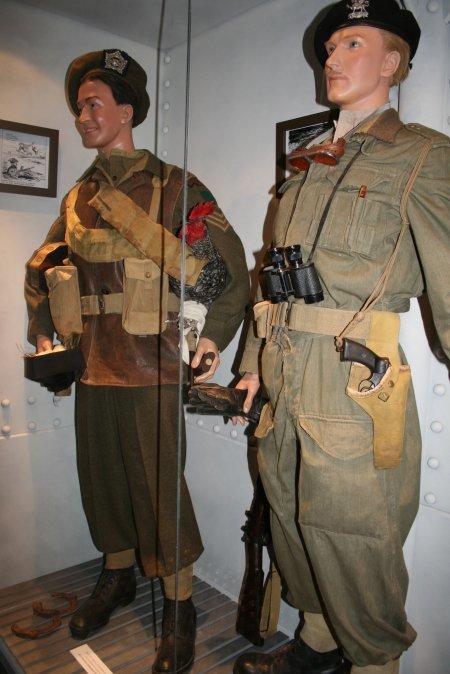 Précision sur l'uniforme britannique( servants de blindés) Forfre10