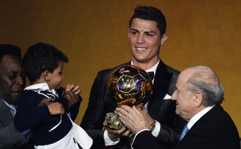 BALLON D'OR ET RECOMPENSES DU FOOT - Page 7 13896211