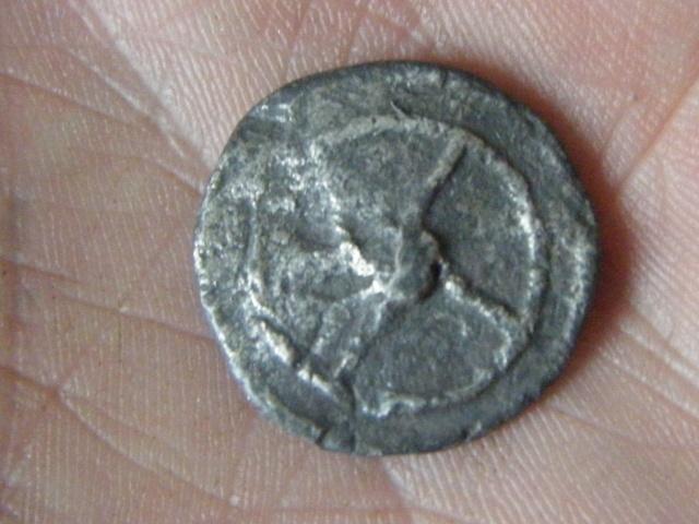 ma premiére monnaie postée, une gauloise trés curieuse ! Dscf4810
