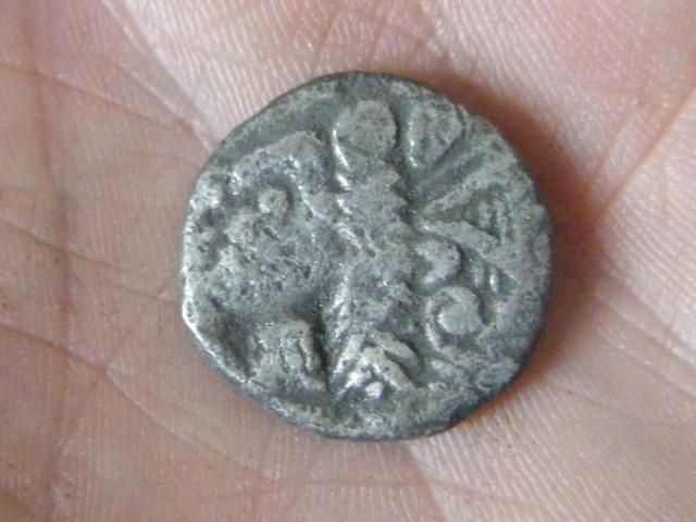ma premiére monnaie postée, une gauloise trés curieuse ! Dscf4811
